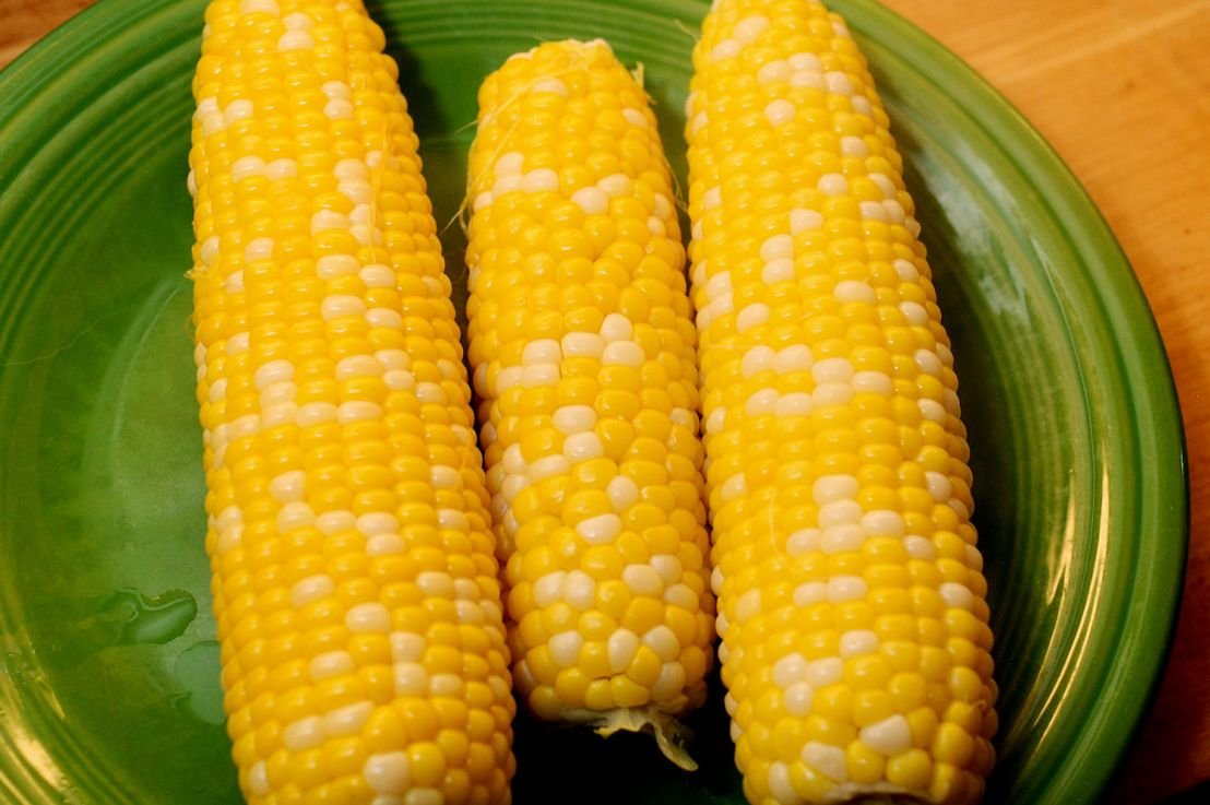 Cooking corn on the cob: three methods