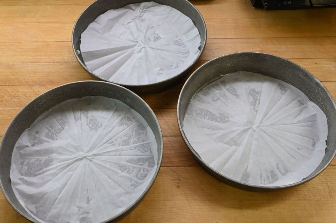 A quick way to line cake pans